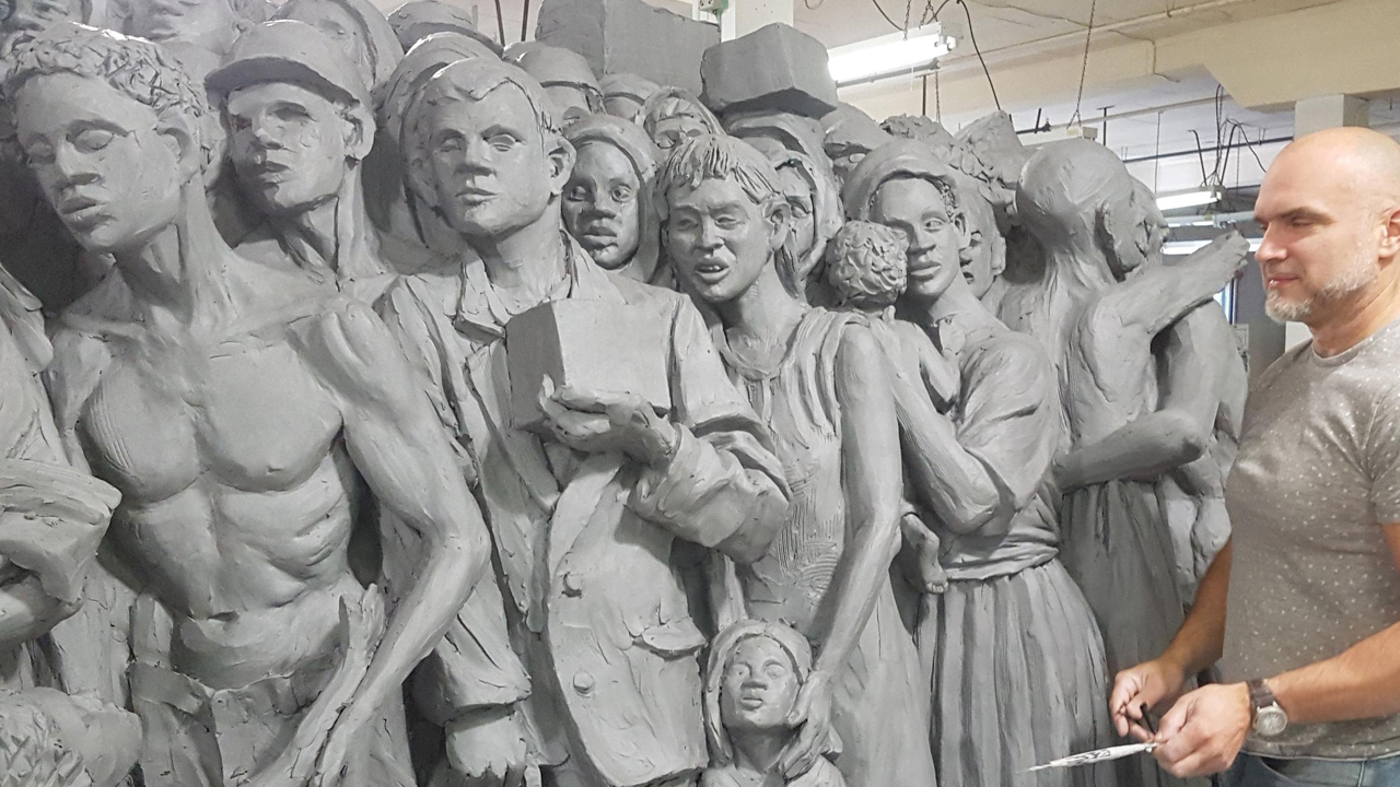 Sculpture depicting migrants throughout history